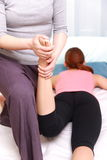 Donna giapponese che ottiene massaggio tailandese Fotografia Stock Libera da Diritti