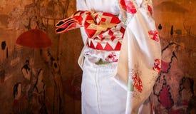 Donna giapponese in vestito dal kimono, fine su ad obi fotografie stock libere da diritti