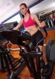 Donna in ginnastica su passo passo Fotografia Stock Libera da Diritti