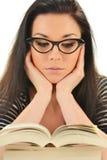 Donna giovane che legge un libro. Apprendimento dell'allievo Fotografie Stock