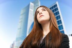 Donna giovane che osserva in su Fotografie Stock