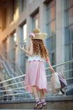 Donna giovane con i sacchetti di acquisto Immagine Stock