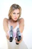 Donna giovane con le pistole immagini stock libere da diritti