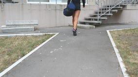 Donna giovane di forma fisica in sportwear che va sulle scale fino alla palestra alla formazione Ragazza che va al club di salute Fotografia Stock Libera da Diritti