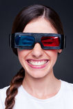 Donna giovane di risata allegra in vetri 3d Immagini Stock