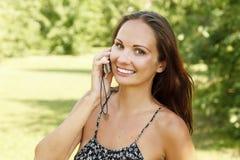 Donna giovane di risata che comunica sul telefono mobile Fotografie Stock Libere da Diritti