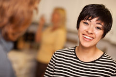 Donna giovane di risata che socializza Fotografia Stock Libera da Diritti