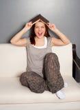 Donna giovane di risata con il libro Fotografia Stock
