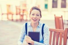 Donna giovane di risata con il libro Immagini Stock Libere da Diritti