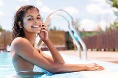 Donna giovanile felice del mulatto che spende tempo libero mentre nuotando immagini stock libere da diritti