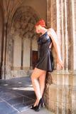 Donna gotica con i vestiti del feticcio Immagini Stock
