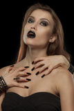 Donna gotica con le mani del vampiro sul suo corpo Immagini Stock Libere da Diritti