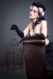 Donna gotica con un birdcage vuoto Immagini Stock Libere da Diritti