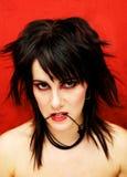 Donna gotica su una priorità bassa rossa, rabbia - il seve Immagini Stock