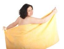 Donna grassa e di peso eccessivo in tovagliolo giallo Fotografia Stock Libera da Diritti