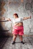 Donna grassa sull'allenamento con le teste di legno, obesità Fotografia Stock
