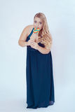Donna grassa in vestito blu che mangia lecca-lecca Fotografia Stock