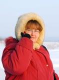 Donna grassoccia con il telefono Fotografie Stock