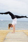 Donna grassottella allegra che fa verticale vicino al mare Fotografie Stock Libere da Diritti