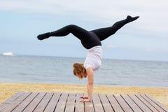 Donna grassottella allegra che fa verticale vicino al mare Fotografia Stock Libera da Diritti