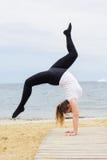 Donna grassottella allegra che fa yoga di hatha vicino al mare Fotografia Stock