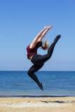 Donna grassottella allegra che salta vicino al mare Fotografia Stock Libera da Diritti