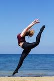 Donna grassottella allegra che salta vicino al mare Fotografie Stock