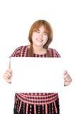 Donna grassottella asiatica che sta con la carta in bianco orizzontale vuota dentro fotografia stock libera da diritti