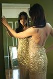 Donna graziosa in abito dell'annata che propone in una stanza Fotografia Stock