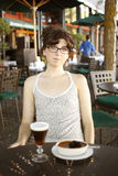 Donna graziosa al caffè Fotografie Stock