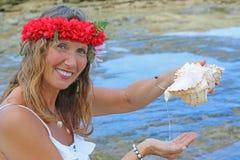Donna graziosa alla spiaggia Immagini Stock Libere da Diritti