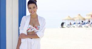 Donna graziosa allegra in abito bianco sulla spiaggia stock footage