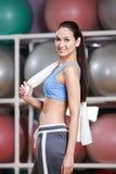 Donna graziosa allegra nella palestra di forma fisica Immagini Stock
