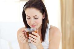 donna graziosa bevente del tè Fotografie Stock