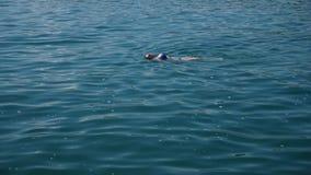 Donna graziosa bionda che gode dell'acqua nel mare aperto, galleggiante Vista da sopra Movimento lento stock footage