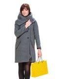Donna graziosa in cappotto con i sacchetti della spesa Immagini Stock