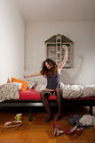 Donna graziosa che allunga nel suo letto Immagine Stock