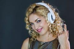 Donna graziosa che ascolta la musica immagini stock libere da diritti