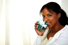 Donna graziosa che beve acqua fredda sana Fotografia Stock Libera da Diritti