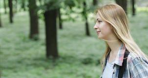 Donna graziosa che cammina nella foresta video d archivio