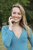 Donna graziosa che comunica sul telefono mobile delle cellule Fotografia Stock Libera da Diritti