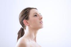 Donna graziosa che craning il suo collo Immagini Stock