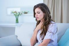 Donna graziosa che fa crisi di asma Immagine Stock