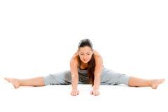 Donna graziosa che fa esercitazione di flessibilità fotografia stock