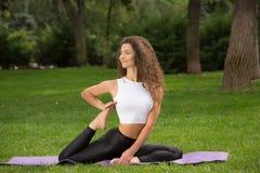 Donna graziosa che fa le esercitazioni di yoga Fotografia Stock