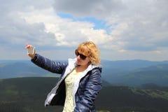 Donna graziosa che fa selfie all'altopiano Fotografie Stock