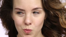 Donna graziosa che flirta con gli occhi archivi video