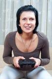 Donna graziosa che gioca i giochi di computer Immagini Stock Libere da Diritti