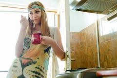 Donna graziosa che gode del suo caffè di mattina immagine stock libera da diritti