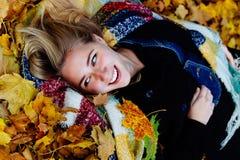 Donna graziosa che gode dell'autunno Fotografia Stock